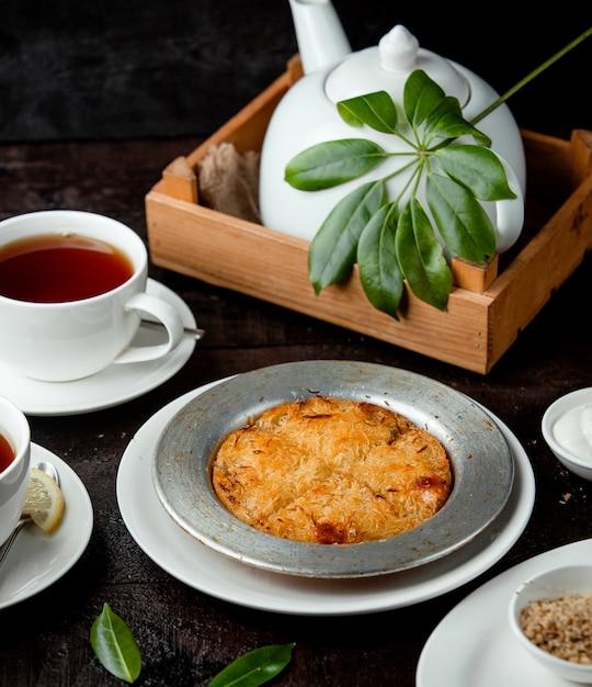 Dessert Kunefe Turc De Vermicelles Frits Avec Sirop Et Fromage Photo gratuit