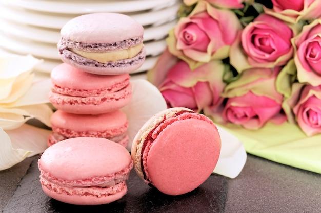 Dessert De Mariage Avec Macarons Et Roses Photo gratuit