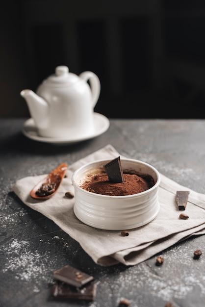 Dessert orignal au chocolat avec grains de café sur le plan de travail de la cuisine Photo gratuit