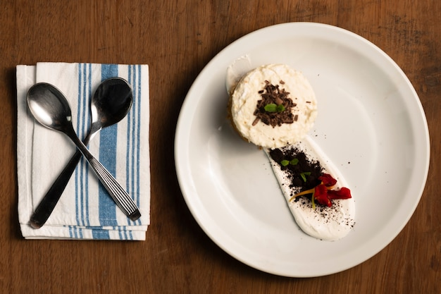 Dessert plat avec cuillères à café Photo gratuit