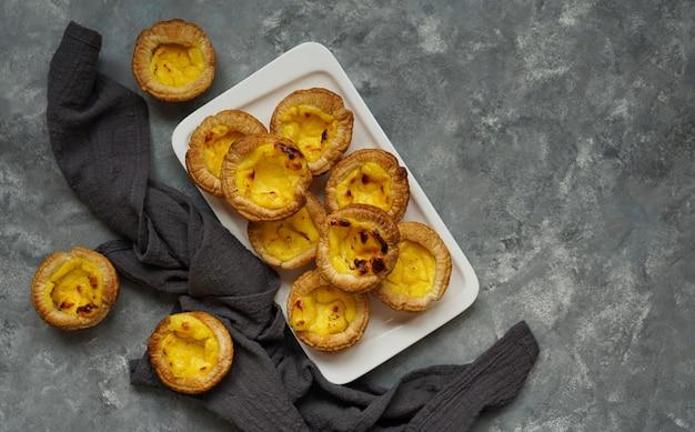 Dessert portugais traditionnel, pastel de nata. pasrel de belem, avec café, espace copie Photo Premium