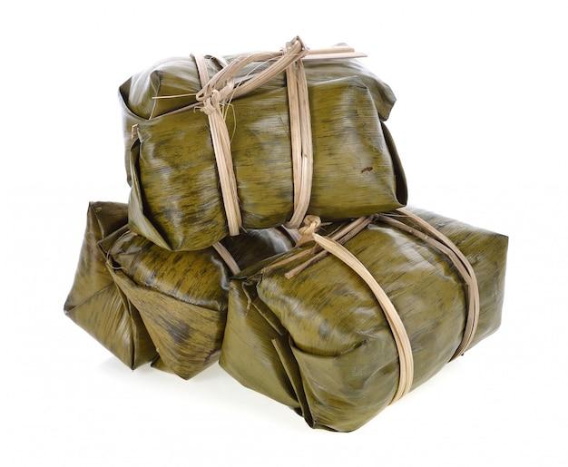 Dessert De Riz Gluant Traditionnel Thaïlandais Dans Un Emballage De Feuilles De Bananier. Photo Premium
