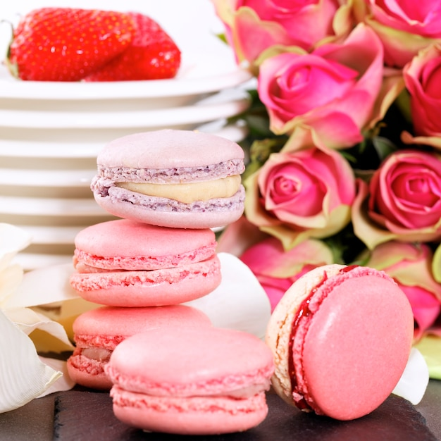 Dessert De La Saint-valentin Avec Macarons, Café Et Fraise Photo gratuit