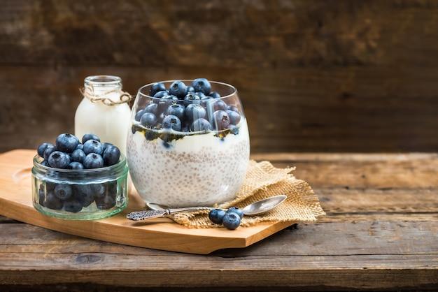 Dessert santé léger, pouding, graines de chia au lait d'amande Photo Premium