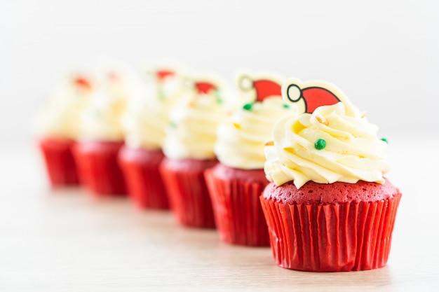 Dessert sucré au velours rouge cupcake Photo gratuit