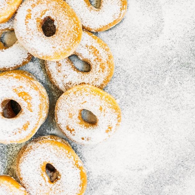 Dessert sucré avec beaucoup de beignets Photo gratuit