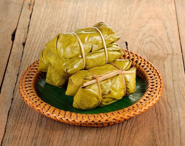 Dessert Thaï Traditionnel, Riz Gluant Cuit à La Vapeur à La Banane Photo Premium