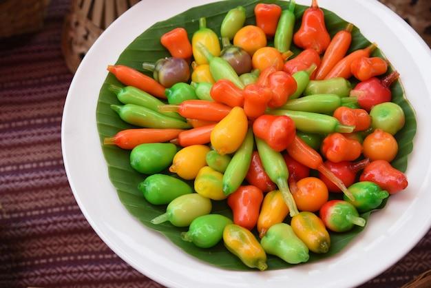 Dessert Thaïlandais Imitation De Fruits Effaçables - Choup D'aspect Kanom à Base De Haricots Mélangés Avec Du Sucre Et De La Noix De Coco Recouverts De Gelée De Verre Photo Premium