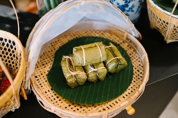 Dessert traditionnel de collation avec du riz gluant et de la banane en thaïlande Photo gratuit