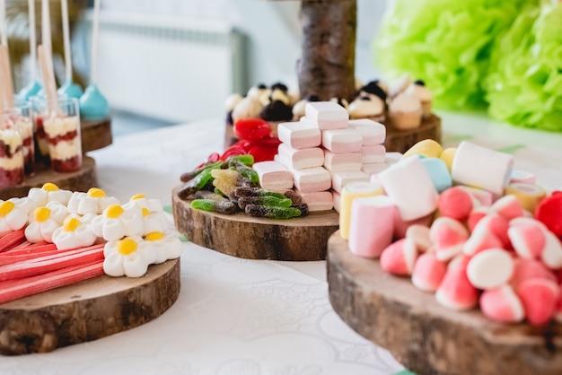 Desserts et gâteaux de mariage avec des gâteaux très sucrés lors d'un événement. Photo Premium