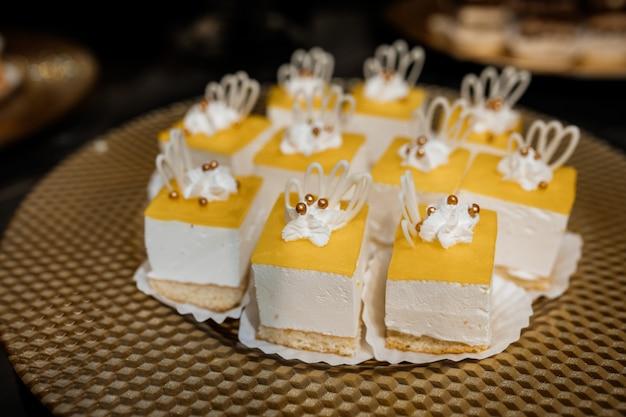 Desserts Portion De Mousse Avec Dessus Jaune Sont Sur La Table Photo gratuit