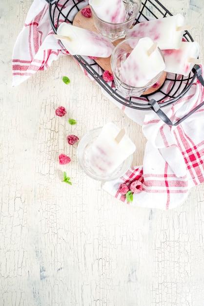 Desserts sucrés de l'été, sucettes glacées bio faites maison Photo Premium