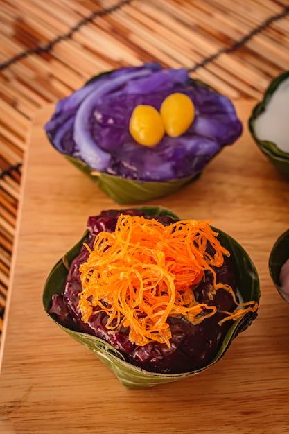 Desserts Thaïlandais à La Feuille De Bananier, Il En Existe De Nombreux Colorés. Photo Premium