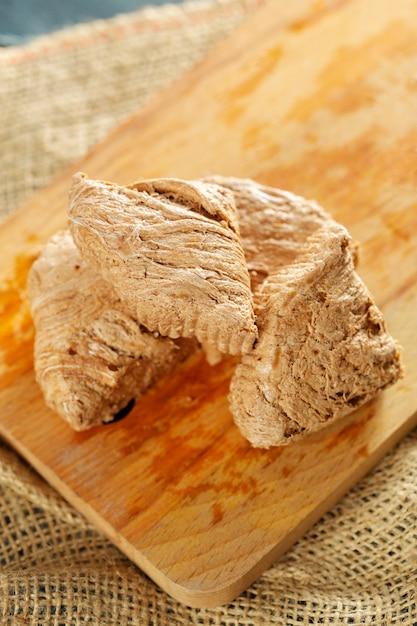Desserts traditionnels orientaux sur bois Photo Premium