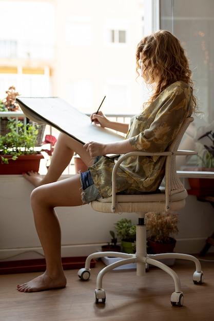 Dessin complet femme fermée sur chaise Photo gratuit