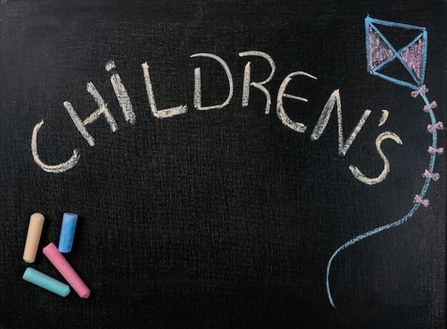 Dessin sur du papier de verre. fête des enfants et craie de couleur Photo Premium