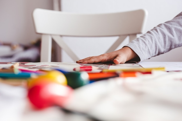 Dessin D'enfant Avec Des Crayons Colorés Photo gratuit