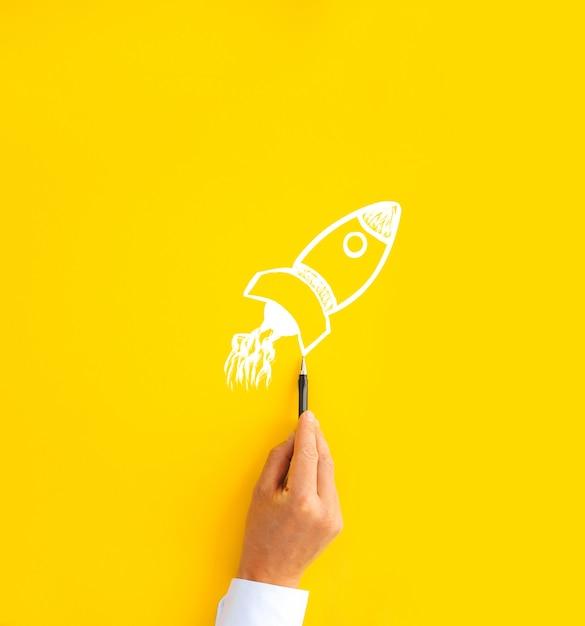 Dessin D'homme D'affaires à Partir De Fusée. Concept De Démarrage, De Croissance Et De Réussite D'entreprise. Photo Premium