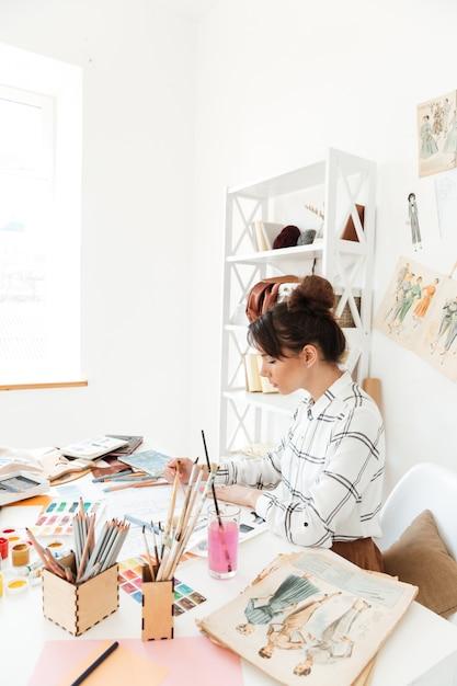 Dessin D'illustrateur De Mode Femme Concentrée Photo gratuit