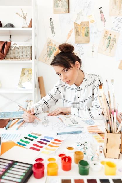Dessin D'illustrateur De Mode Jeune Femme Sérieuse. Photo gratuit