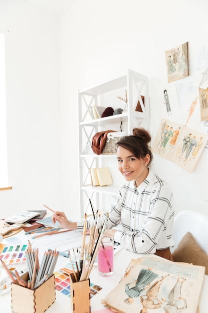 Dessin De L'illustratrice De Mode Femme Heureuse Photo gratuit