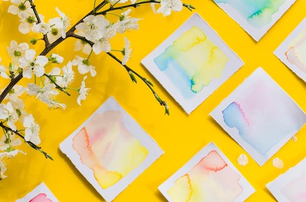 Dessins à l'aquarelle et branche florale Photo gratuit