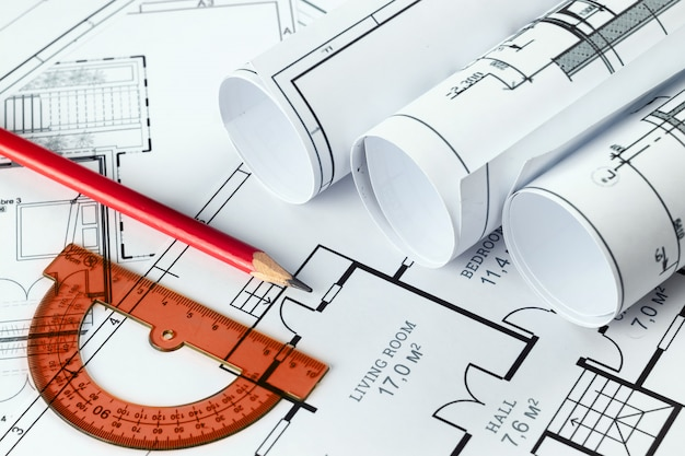 Dessins de construction architecturaux torsadés en un rouleau, projets de construction sur papier. Photo Premium