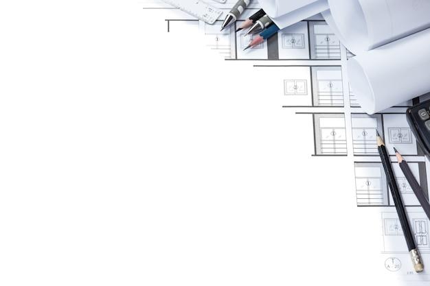 Dessins d'ingénierie et outils de plan de construction sur le bureau Photo Premium