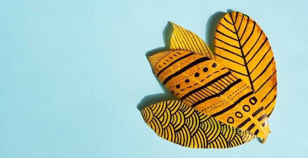 Dessins de peinture abstraite sur feuilles de ficus doré Photo gratuit