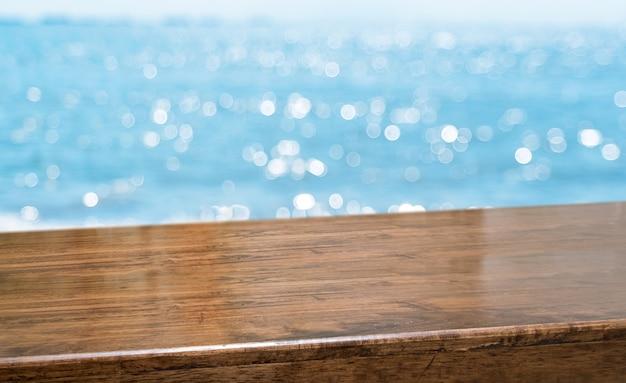 Dessus de table en bois brillant marron brillant avec fond flou ciel et mer Photo Premium