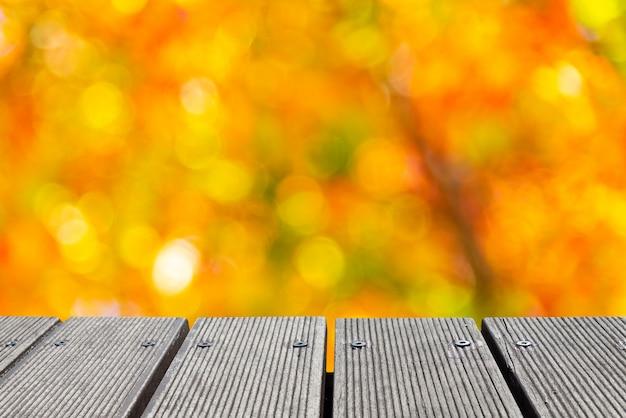 Dessus de table en bois vide avec la couleur colorée du bokeh de jardin pour la création. Photo Premium