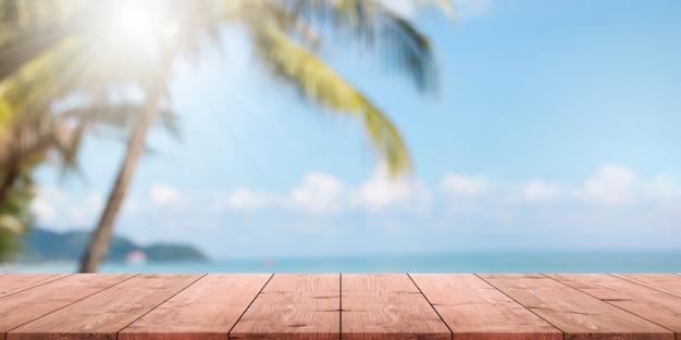 Dessus De Table En Bois Vide Et Plage Floue De L'été Avec Fond De Bannière De Mer Et Ciel Bleu. Photo Premium