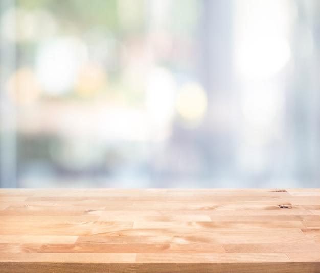 Dessus De Table En Bois Vide Sur La Vue De Verre De Fenêtre Abstraite Flou.pour Le Montage, L'affichage Du Produit Ou La Disposition Visuelle Clé De Conception Photo Premium