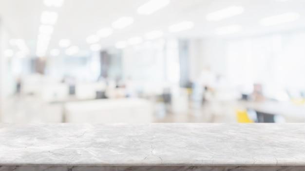 Dessus de table en pierre de marbre blanc et mur de fenêtre en verre flou dans un espace de bureaux intérieur Photo Premium