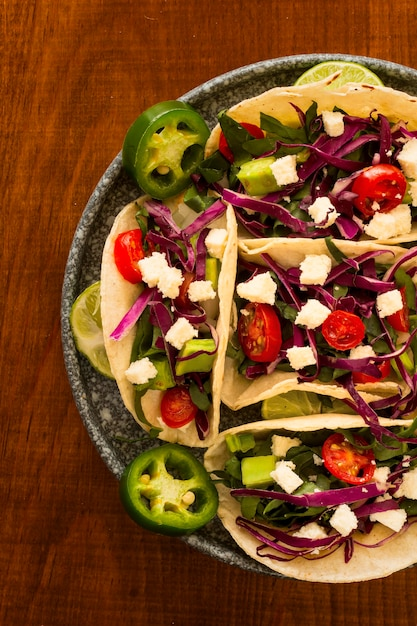 Dessus De Vue Arrangement Savoureux De Tacos Photo gratuit