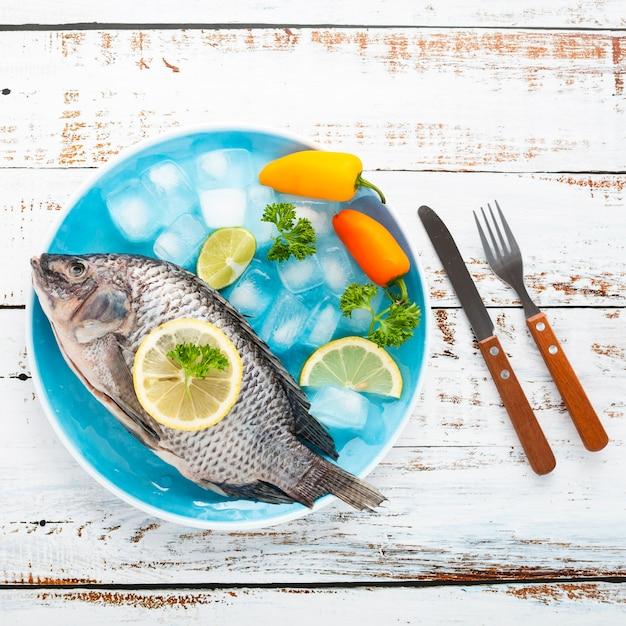 Dessus de vue décoration avec fruits de mer et fond en bois Photo gratuit