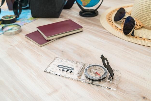 Destinations de guidage sunglass carte en bois Photo gratuit