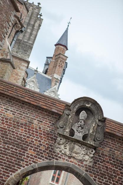Détail Architectural Des Bâtiments De La Ville De Bruges Contre Le Ciel Bleu Photo Premium