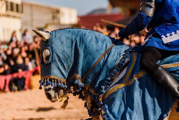 Détail de l'armure d'un chevalier monté à cheval lors d'une exposition lors d'une fête médiévale. Photo Premium