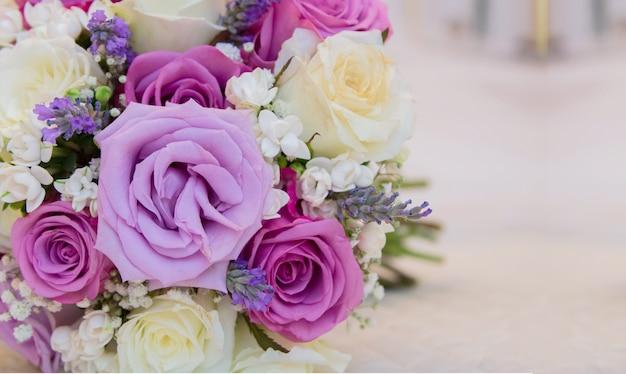 Détail de bouquet de roses violettes et blanches avec espace pour écrire Photo Premium