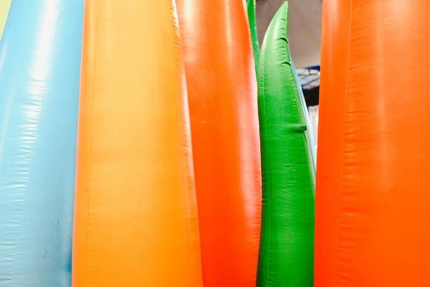 Détail de châteaux gonflables avec des formes de flammes de couleurs géantes Photo Premium