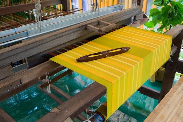 Détail du métier à tisser pour la production artisanale de soie ou de textile Photo Premium