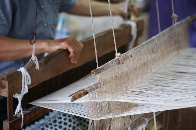 Détail du métier à tisser traditionnel d'asie Photo Premium