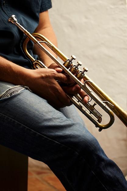Détail d'un instrument de trompette en métal Photo gratuit