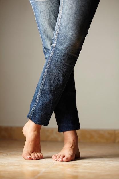 Détail de jeans habillé par un modèle Photo gratuit