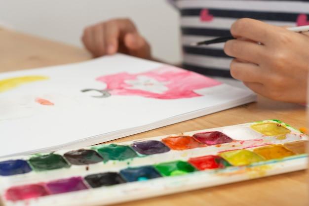 Détail de la peinture de l'enfant à l'aquarelle, passe-temps, éducation. Photo Premium