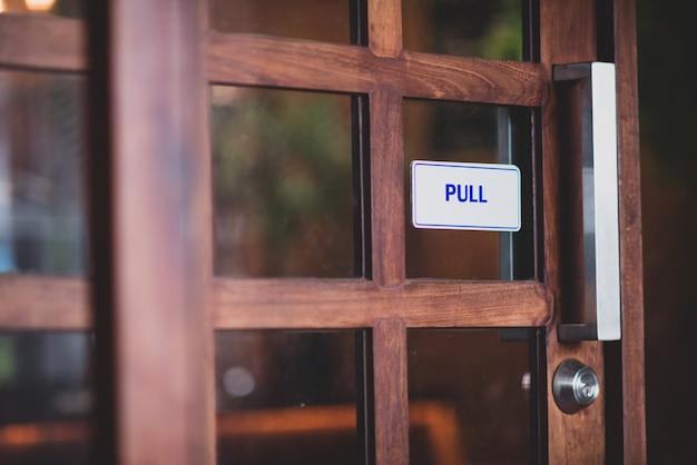 Détail de porte en bois ancien avec heurtoir Photo gratuit