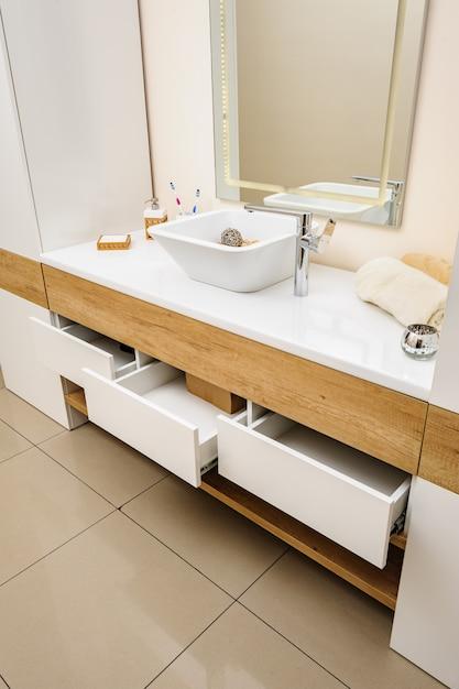 Détail de la salle de bain avec lavabo et robinet Photo Premium