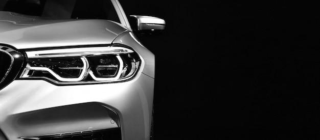 Détail sur l'une des voitures modernes à phares à led. Photo Premium