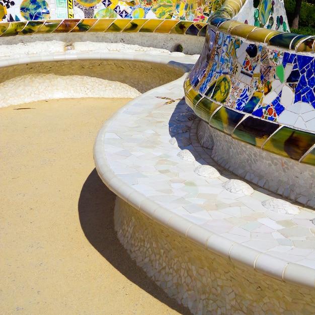Détails d'un banc en céramique coloré au parc guell conçu par antoni gaudi, barcelone, espagne. Photo Premium